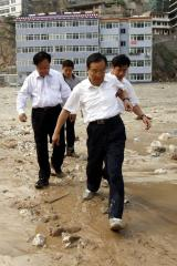 2010年8月9日,时任总理的温家宝在甘肃舟曲县特大山洪泥石流灾区察看灾情指导救灾。