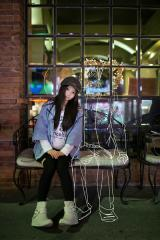 """今年情人节前,网友""""西行寺-吃货子""""拍摄了一组特殊的""""情侣""""照,展现了女孩与二次元男友的相处场景。"""