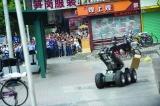 深圳酒店门口现疑似爆炸物包裹 机器人出动排险