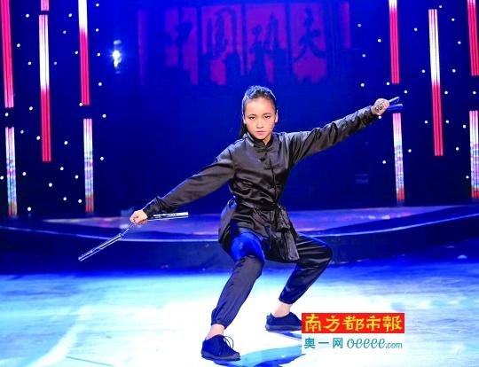 叶苑馨在表演双节棍.受访者供图图片